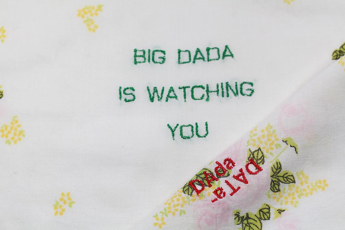 Série BIG DADA IS WATCHING YOU // Mouchoir DADA FLEURS JAUNES  (détail) // Blockchain ID : 1BrcueKYHFe1SLFEKVEKLYuuJJExxDFdDq