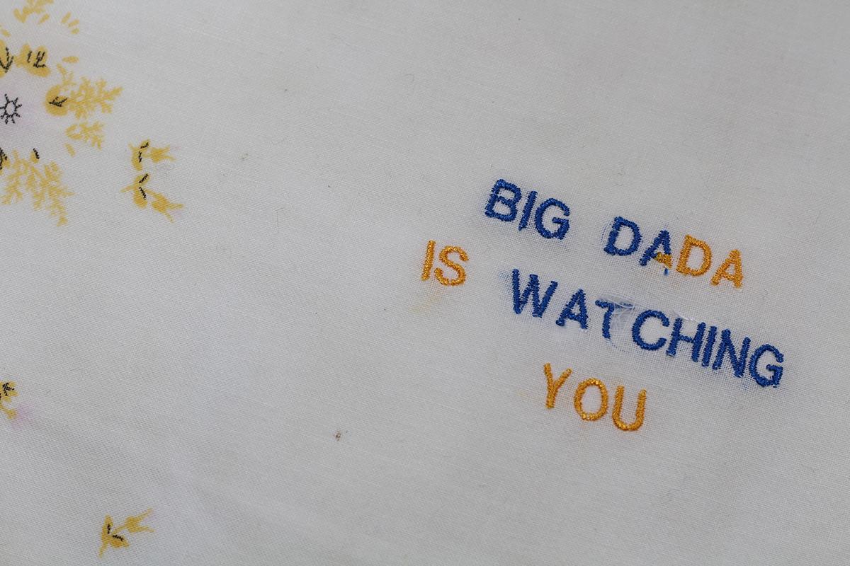 Série BIG DADA IS WATCHING YOU // Mouchoir DA BLEU DA JAUNE (détail) // Blockchain ID : 1DrPsWksniK5JF4Pp2E43gaTTzxthsmioJ