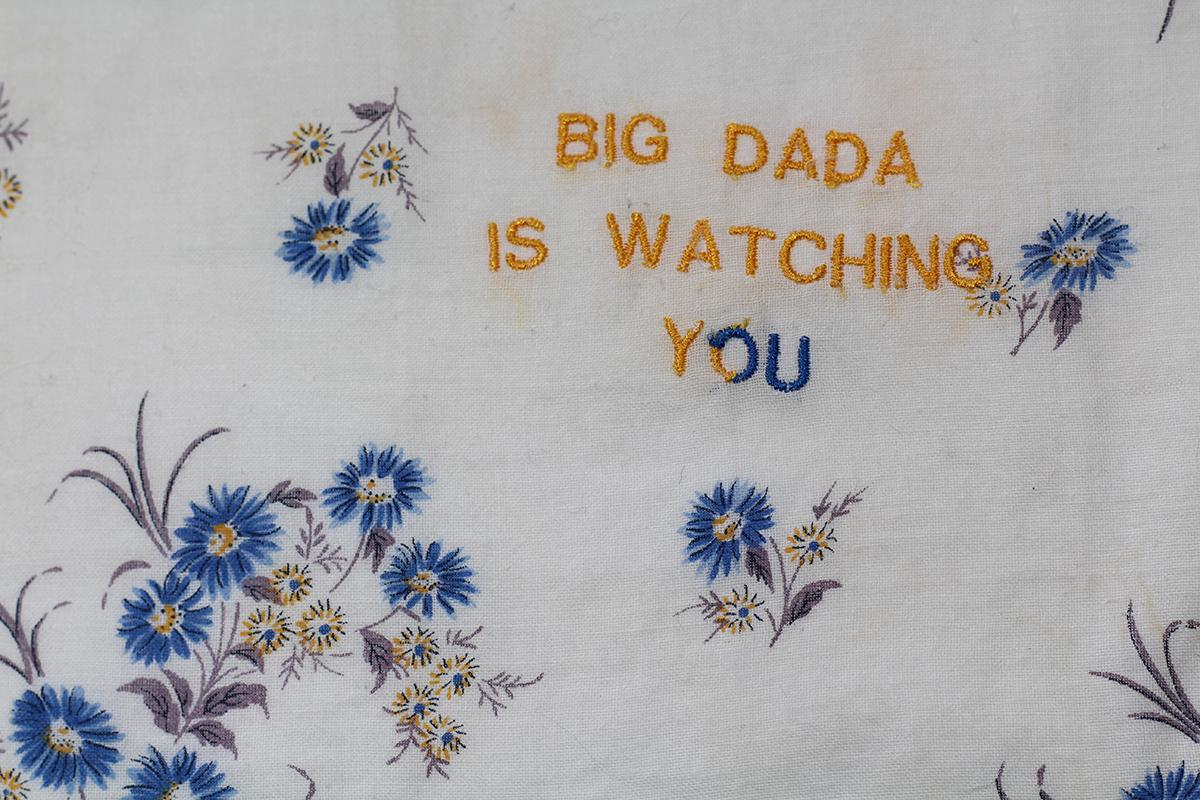 Série BIG DADA IS WATCHING YOU // Mouchoir WATCHING Y JAUNE DEMI O&U BLEU (détail) // Blockchain ID : 14R7StDKm7KoZ4rwPPFfHKXc4NMYwL2nD2