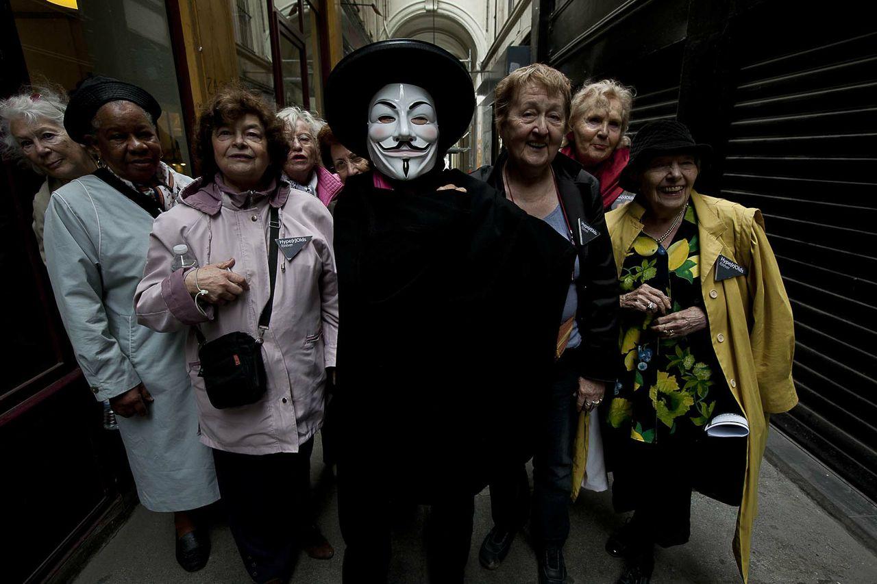 Les dames de Hype(r)Olds et la femme mystérieuse Anonymous . Photo: Moha