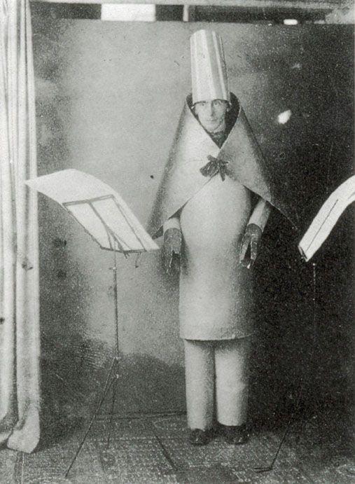 illustration 6 :  Hugo Ball performing at Cabaret Voltaire in 1916 | en.wikipedia.org/wiki/Cabaret_Voltaire_(Zurich)
